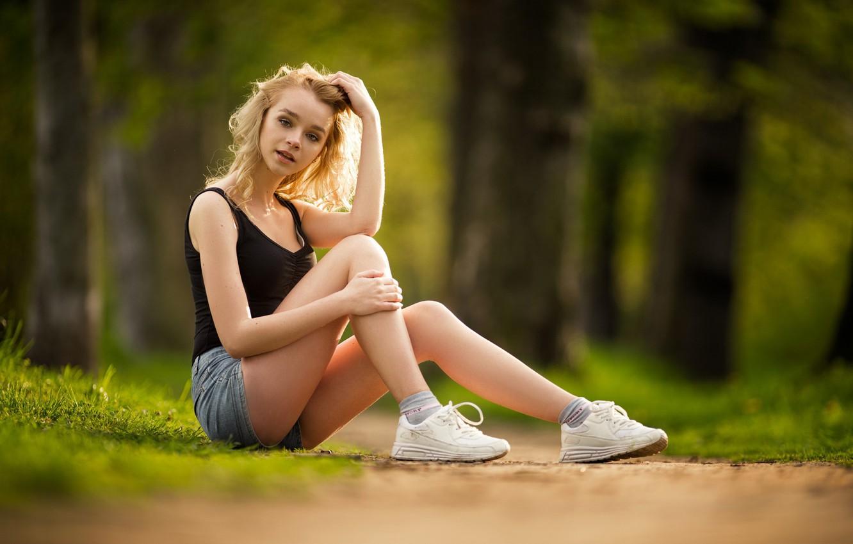 Фото обои лето, блондинка, ножки, кросовки