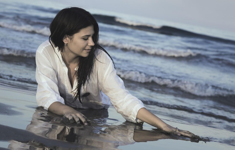 Фото обои море, пляж, девушка, отражение, настроение