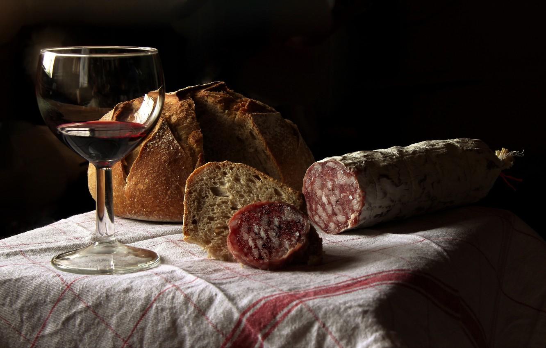 Фото обои вино, бокал, хлеб, колбаса