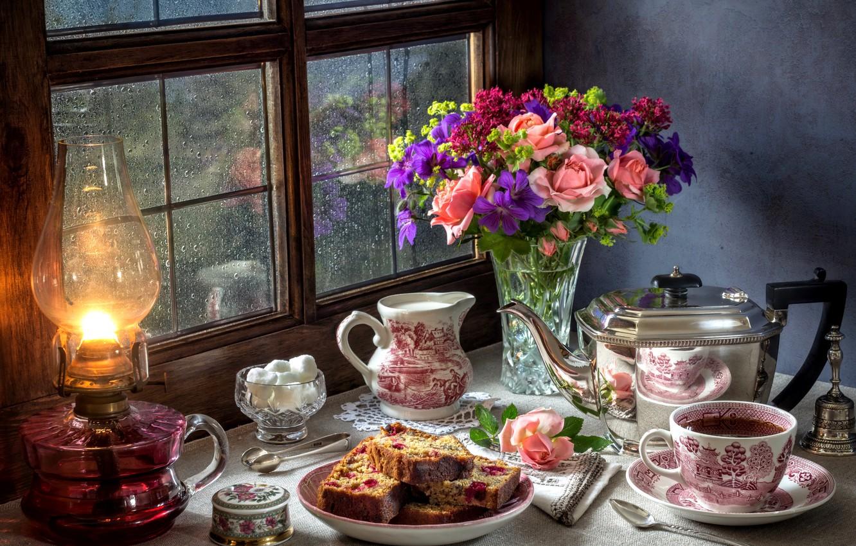 Фото обои дождь, чай, лампа, розы, букет, окно, пирог, сахар, натюрморт