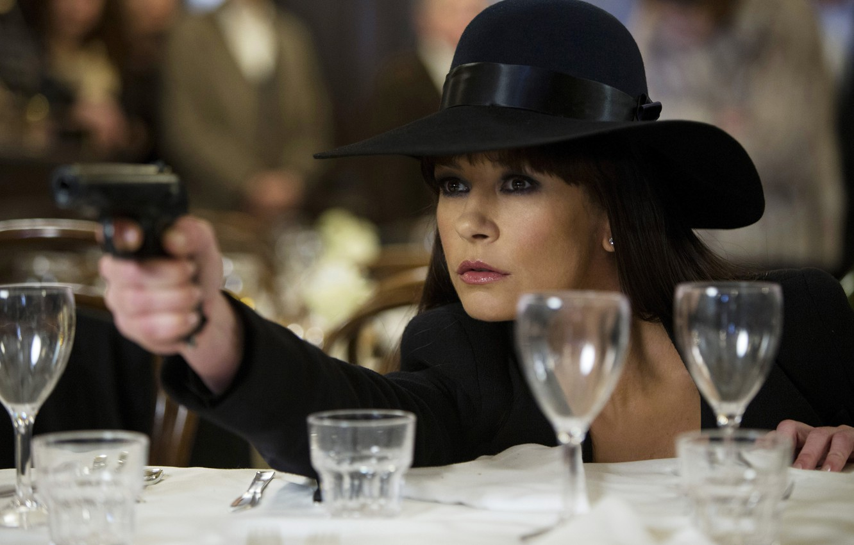 Фото обои пистолет, фильм, кадр, шляпа, актриса, Кэтрин Зета-Джонс, Catherine Zeta-Jones