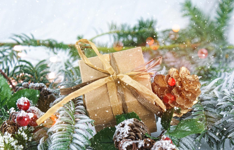 Фото обои подарок, новый год, ель, шишки