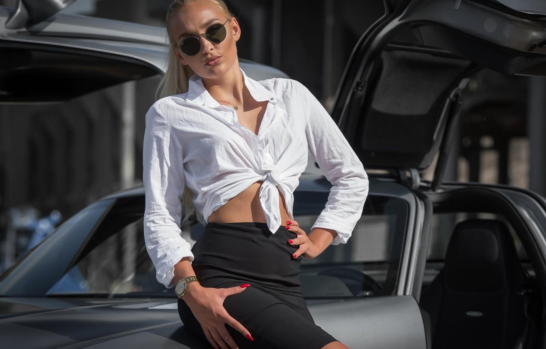 мамочка девушки выходят из машины в юбке абсолютно
