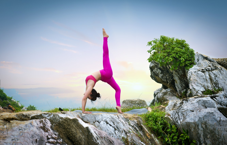 Обои девушка, природа, поза, гимнастика, йога, ножки