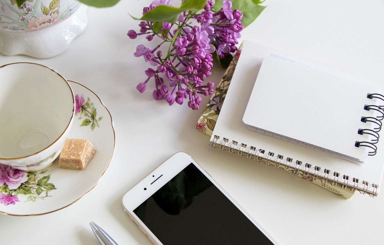 Фото обои кружка, блокнот, телефон, сирень