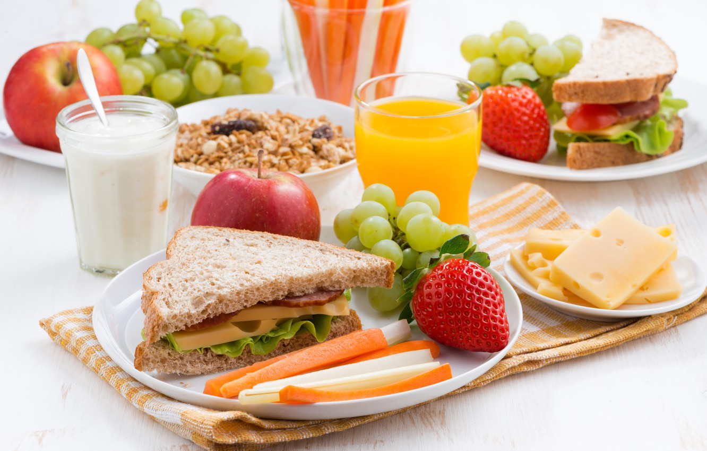 Фото обои яблоки, завтрак, сыр, клубника, сок, хлеб, виноград, сэндвич, ветчина