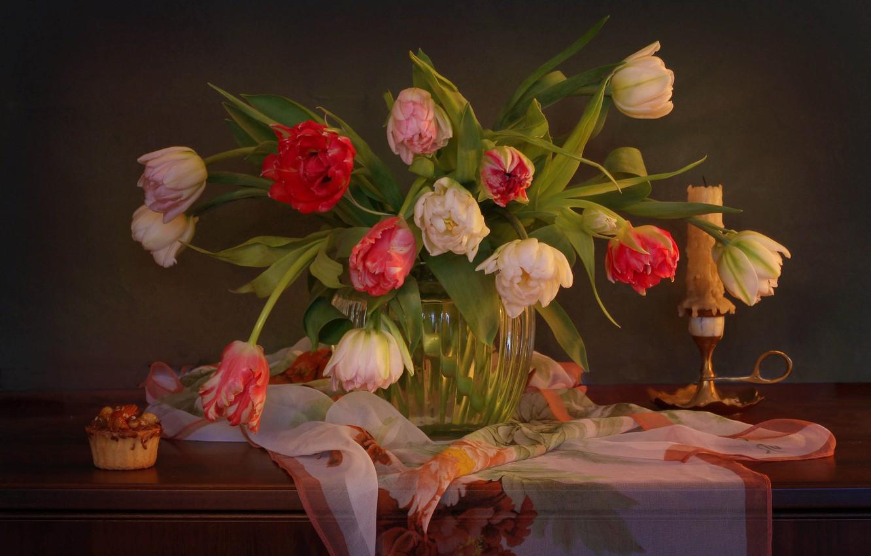 Фото обои цветы, свеча, тюльпаны, ваза, пирожное, платок