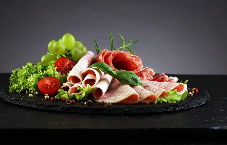 Фото обои виноград, томат, салат, мясная нарезка