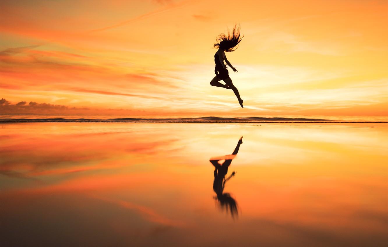 Фото обои девушка, закат, прыжок, горизонт, Over the horizon