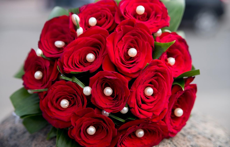Фото обои цветы, букет, бусы, красные розы