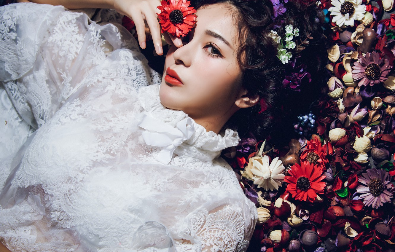 Фото обои взгляд, цветы, стиль, настроение, модель, блузка, азиатка