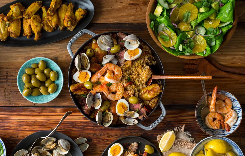 Фото обои лимон, апельсин, яйца, мясо, оливки, салат, креветки, моллюски, паэлья