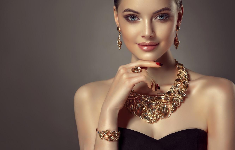 Фото обои взгляд, девушка, стиль, модель, блеск, рука, макияж, кольцо, прическа, губы, браслет, украшение, голубые глаза, плечи, …