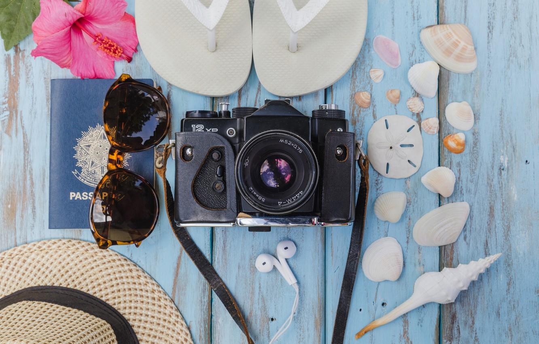 Фото обои море, цветок, фон, отдых, шляпа, очки, фотоаппарат, ракушки, сланцы, гибискус