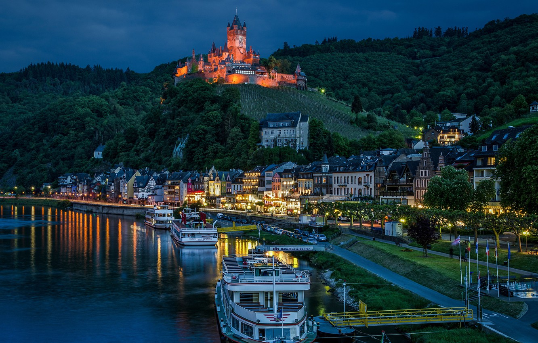Фото обои река, замок, пристань, дома, Германия, ночной город, Germany, Кохем, Cochem, Moselle River, теплоходы, Rhineland-Palatinate, Замок ...