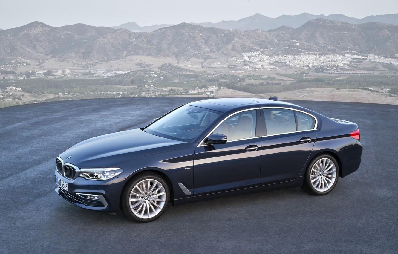 Фото обои небо, асфальт, горы, BMW, панорама, седан, площадка, xDrive, 530d, Luxury Line, 5er, тёмно-синий, четырёхдверный, 2017, …