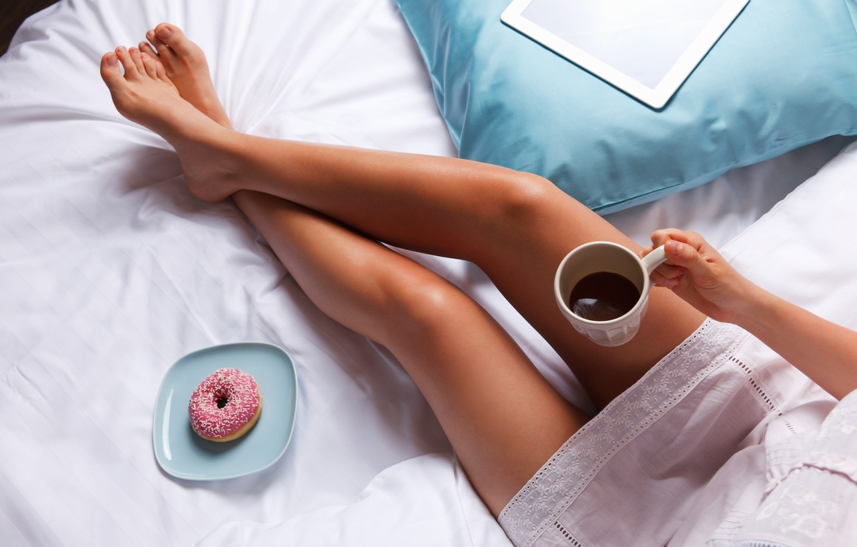 Фото обои legs, bed, coffee, breakfast