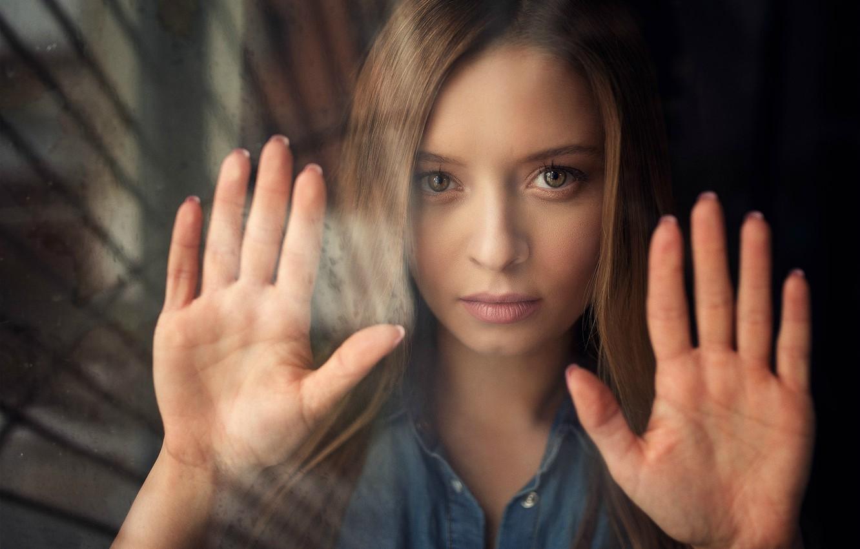 Фото обои взгляд, стекло, девушка, ладони, Алина