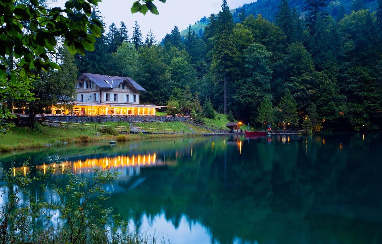 Фото обои зелень, лес, деревья, горы, огни, озеро, дом, лодка, вечер, Швейцария, причал, Kander Valley