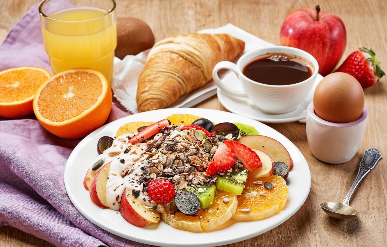 Фото обои стакан, стол, яблоки, яйцо, кофе, апельсины, завтрак, клубника, ягода, сок, тарелка, ложка, чашка, кусочки, фрукты, …