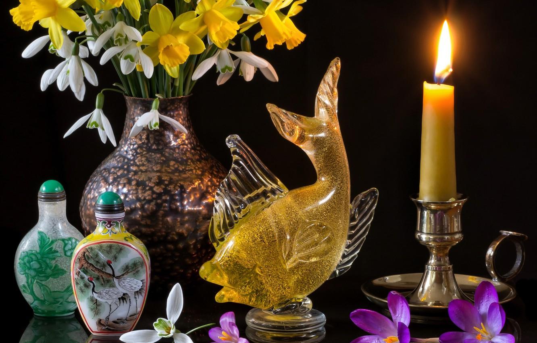 Фото обои цветы, стиль, отражение, свеча, рыбка, букет, подснежники, крокусы, чёрный фон, нарциссы, бутылочки