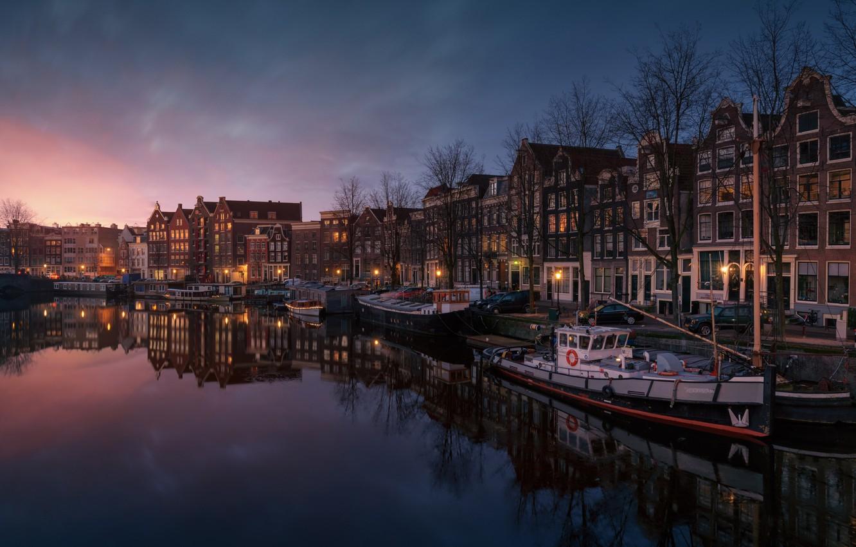 Фото обои свет, город, лодка, дома, вечер, Амстердам, канал, Нидерланды