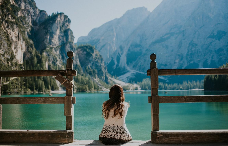Фото обои небо, вода, девушка, горы, брюнетка, пирс, сидит