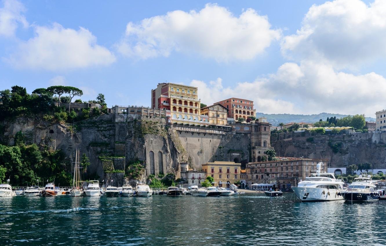 Фото обои море, небо, облака, деревья, пейзаж, скалы, побережье, дома, яхты, Италия, катера, солнечно, причалы, Сорренто
