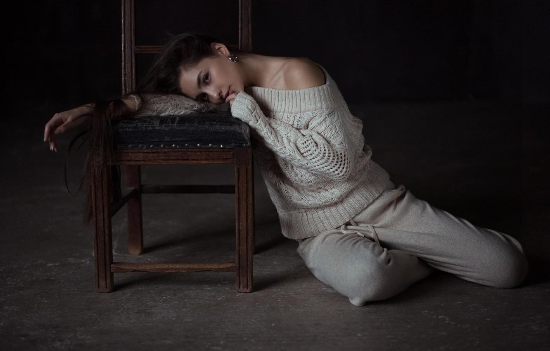 Фото обои поза, настроение, стул, длинные волосы, на полу, свитер, Андрей Фирсов, Дарина Дашкина