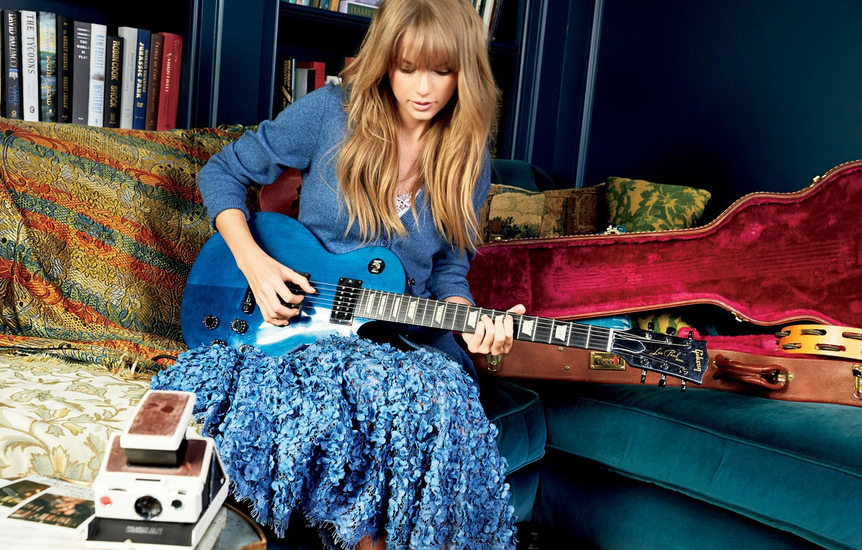 Фото обои диван, гитара, Taylor Swift, фотосессия, футляр, Тейлор Свифт, Glamour, Patrick Demarchelier