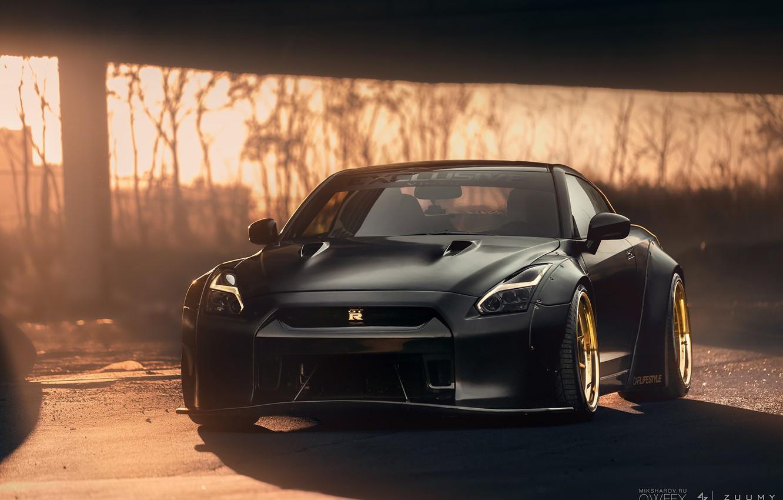 Фото обои чёрный, Ниссан, стоянка, Nissan, GT-R, спорткар, спереди, передок, солнечный свет, R35, жёлтые диски, Mikhail Sharov