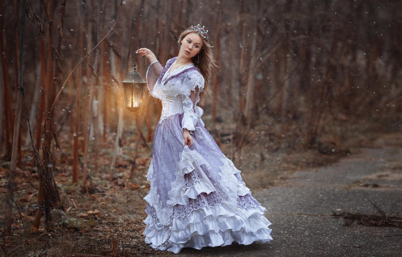 Фото обои лес, девушка, деревья, поза, настроение, ситуация, корона, платье, фонарь, фотограф Светлана Никотина, Наталья Емельянова