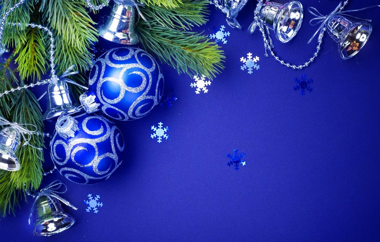 Фото обои праздник, Шары, Новый год, бусы, Украшение, колокольчики, синий фон, Ветки ели