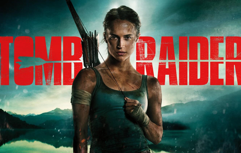 Фото обои девушка, пейзаж, фон, надпись, майка, лук, Tomb Raider, Лара Крофт, стрелы, постер, бинты, чумазая, Алисия ...