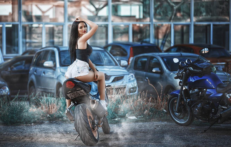 Фото обои взгляд, машины, мотоциклы, шорты, макияж, майка, фигура, брюнетка, прическа, байк, красотка, сидит, кроссовки, задом, позирует, …