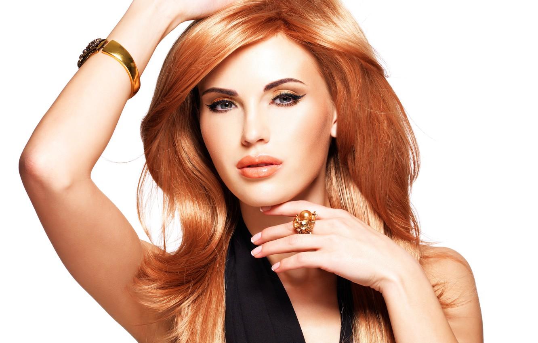 Фото обои взгляд, девушка, модель, руки, макияж, кольцо, браслет, рыжие волосы, позирует