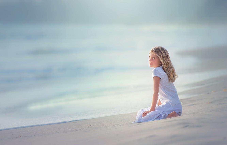 Фото обои песок, прибой, девочка, Edie Layland