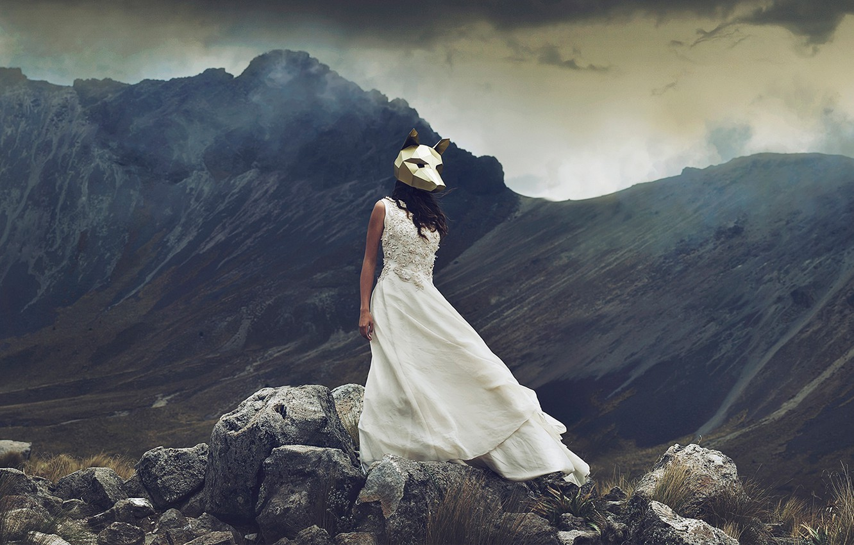 Фото обои девушка, горы, камни, ситуация, платье, маска