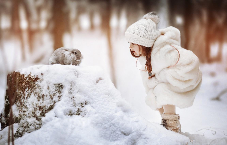 Фото обои зима, снег, шапка, кролик, девочка, косичка, шубка