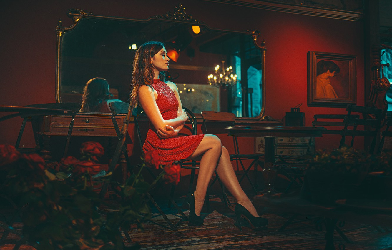 Фото обои девушка, цветы, поза, интерьер, макияж, фигура, платье, зеркало, прическа, туфли, шатенка, ножки, красивая, сидит, в …