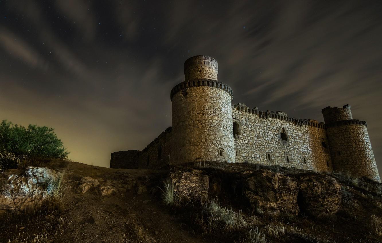 Фото обои небо, облака, ночь, темнота, замок, стена, романтика, окна, холм, башни, руины, кирпичи, средневековье, вид снизу