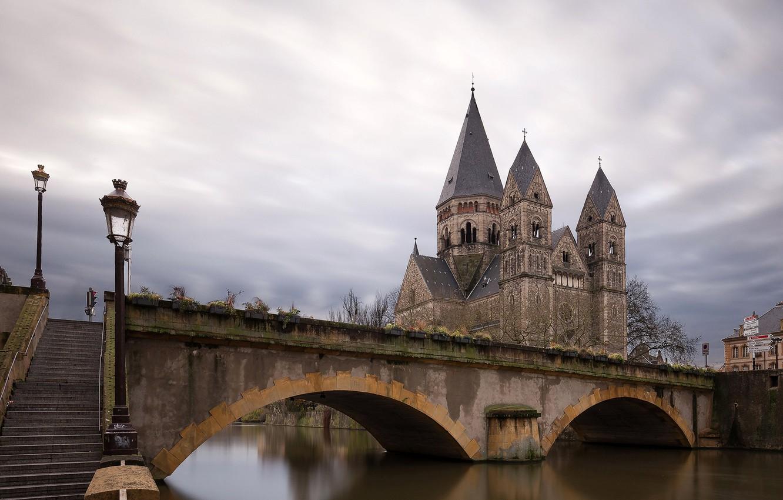Фото обои небо, облака, тучи, мост, река, Франция, дома, фонари, лестница, канал, храм, сумерки, дворец, Metz