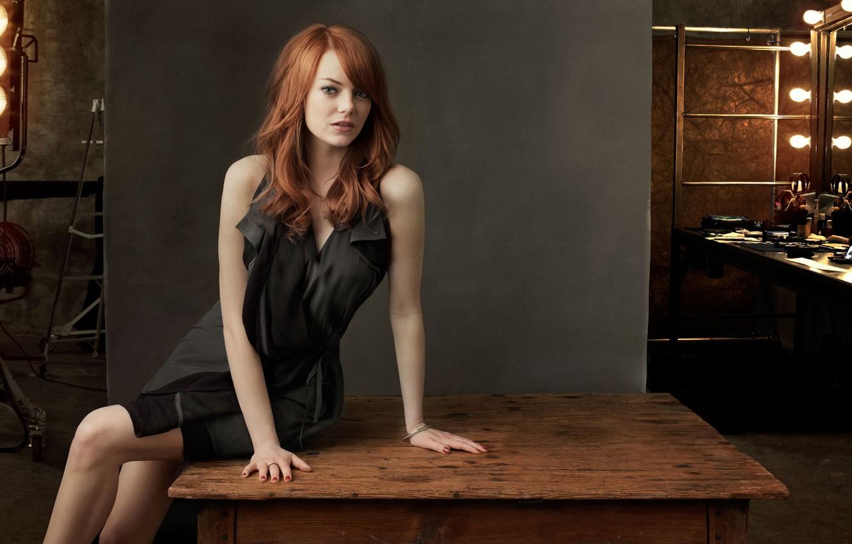Фото обои стол, платье, актриса, рыжая, Emma Stone, Эмма Стоун