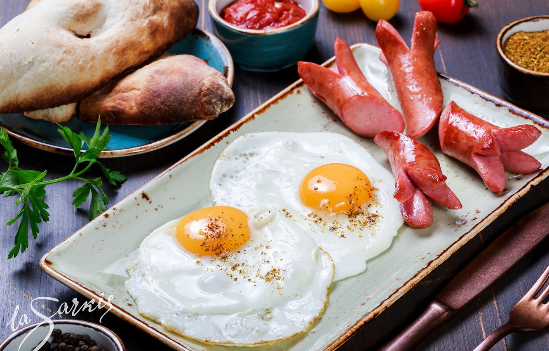 Фото обои сосиски, яйца, хлеб, яичница