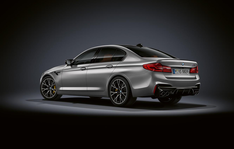 Фото обои серый, фон, BMW, сзади, седан, вид сбоку, тёмный, 4x4, 2018, 625 л.с., четырёхдверный, M5, V8, …