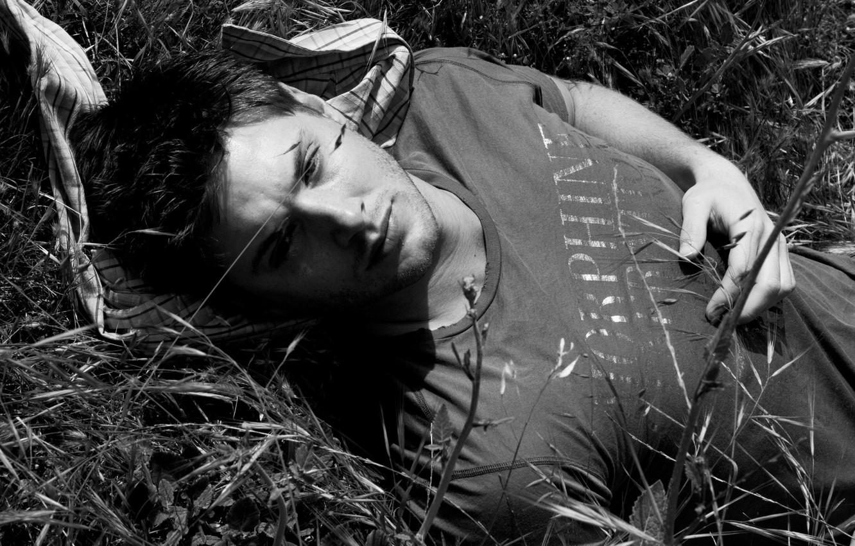 Фото обои трава, парень, актёр, supernatural, jensen ackles, дженсен эклз