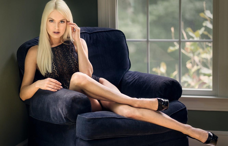 Фото обои поза, ноги, кресло, окно, блондинка, боди, Lena Love