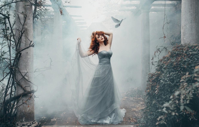 Фото обои девушка, поза, настроение, птица, голубь, ситуация, платье, колонны, Miss Deadly Red, Nicky Robinson