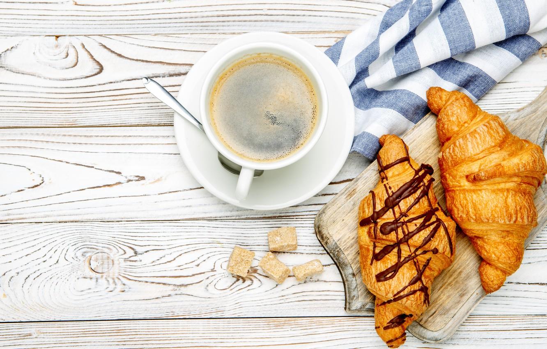 Фото обои стол, кофе, ложка, чашка, доска, блюдце, салфетка, круассаны