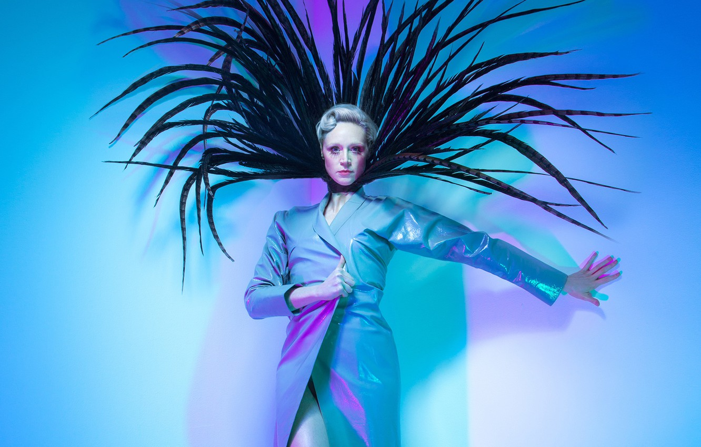 Фото обои поза, фон, перья, макияж, актриса, прическа, наряд, Paper, плащ, фотосессия, британская, Gwendoline Christie, 2016, Charlotte ...